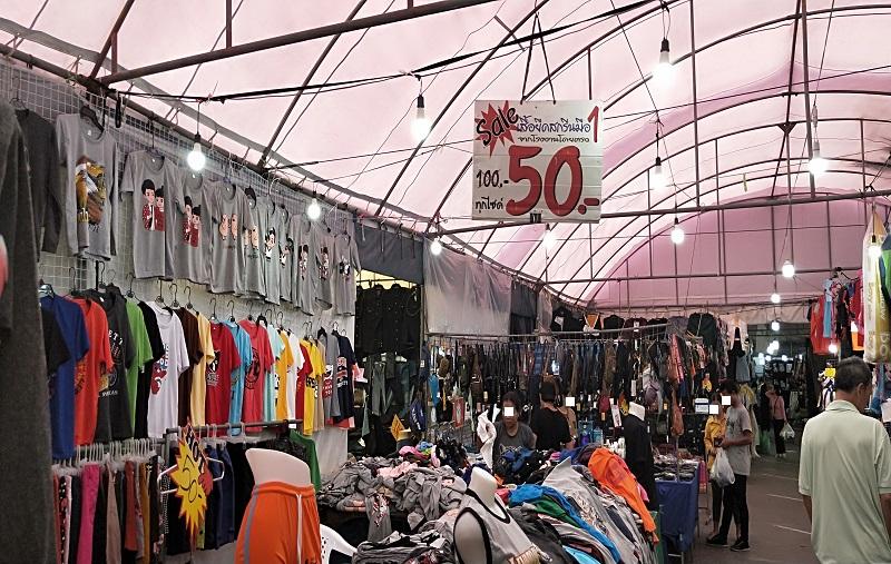 バンカビ、テスコ・ロータス前のマーケット